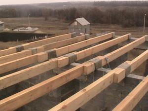 Что нужно учитывать при выборе деревянных балок для создания перекрытий