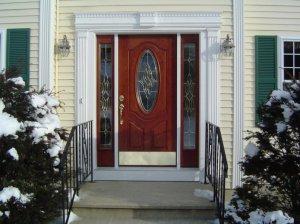 Преимущества и конструктивные особенности входных дверей со стеклом